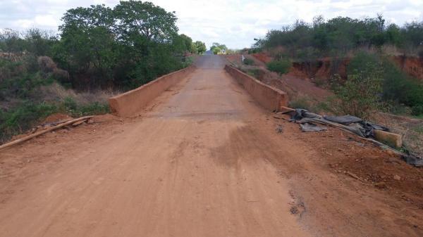 A Prefeitura através da Secretaria de Obras está fazendo um trabalho no riacho do engano