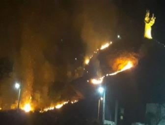 Fogo atinge Morro do Leme em Oeiras